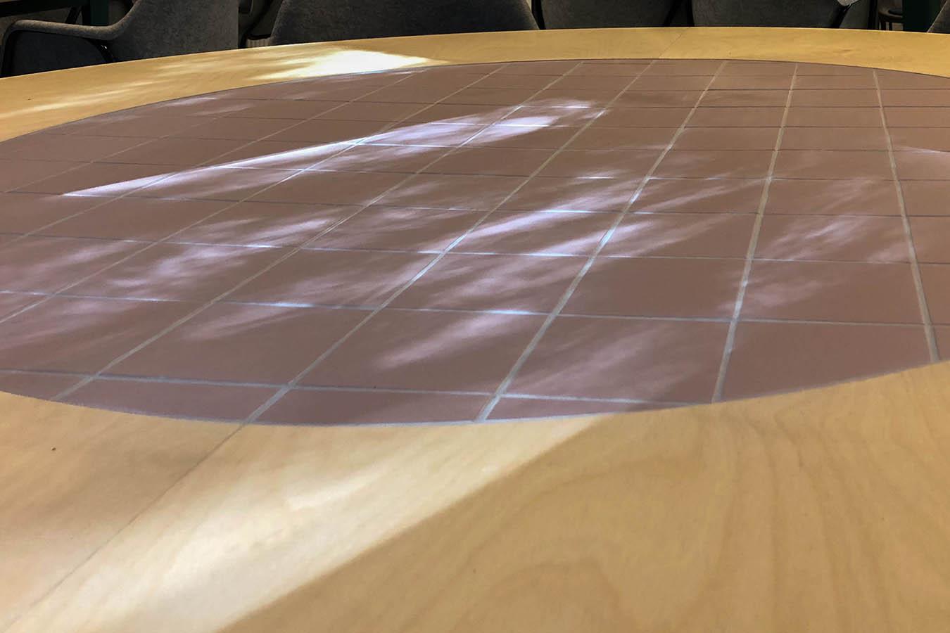 tafels met tegelwerk in het midden