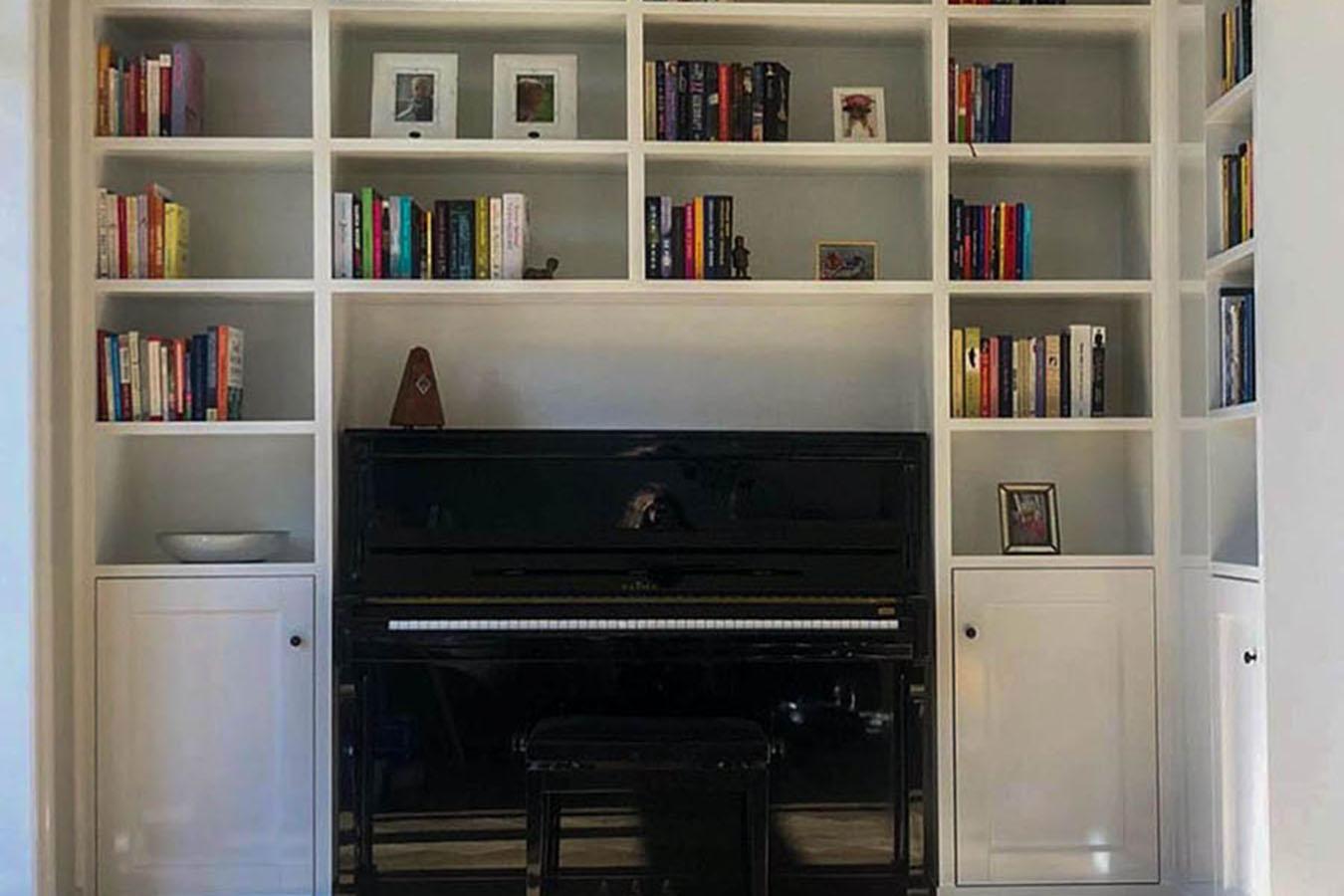 In deze boekenkast zit een piano verwerkt