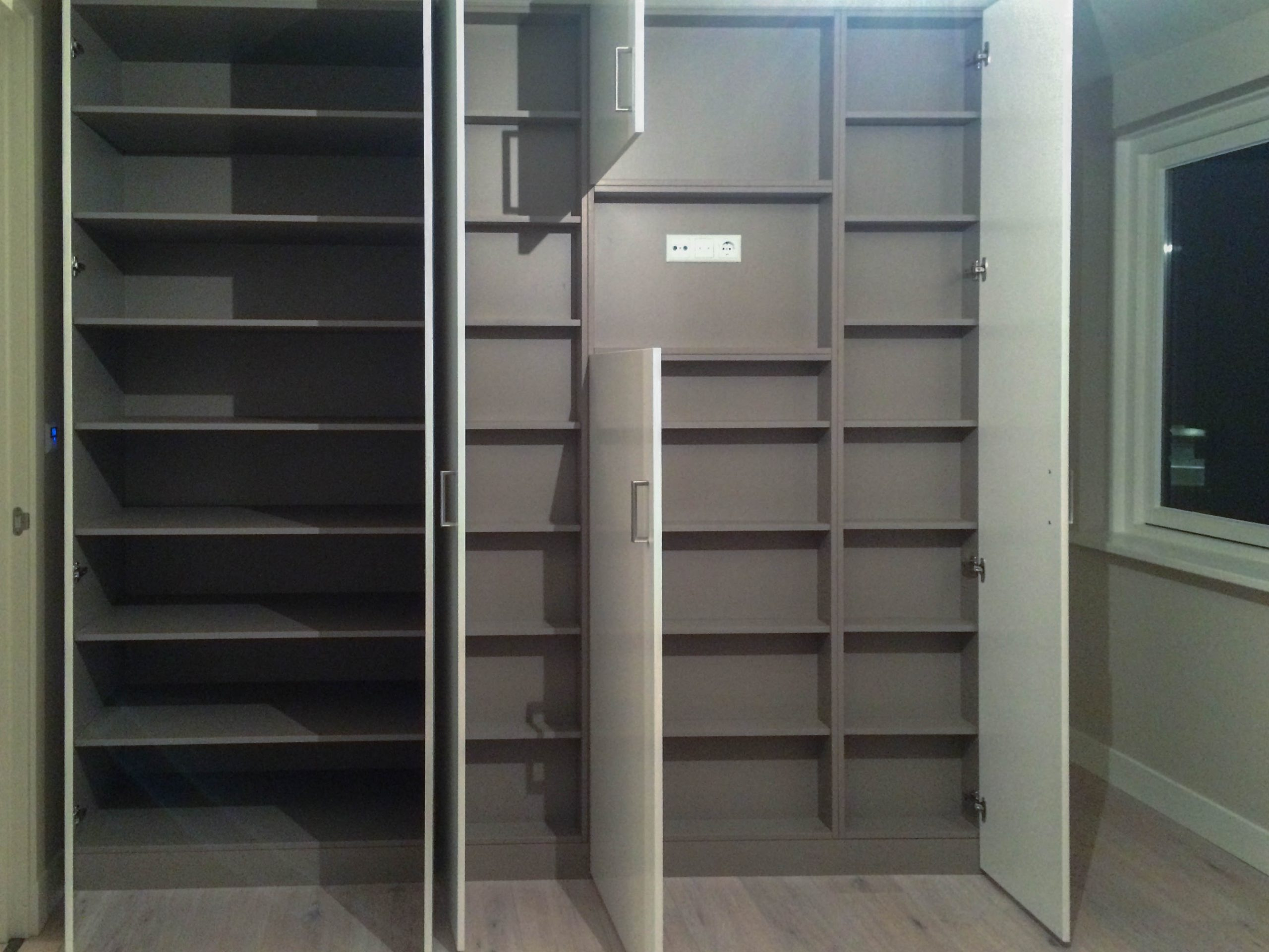 Veel opbergruimte in deze linnenkast op maat open deuren