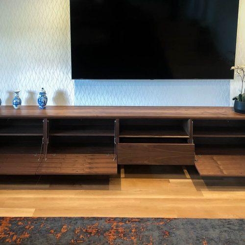 Massief notenhout tv meubel (met lade en klapdeurtjes)