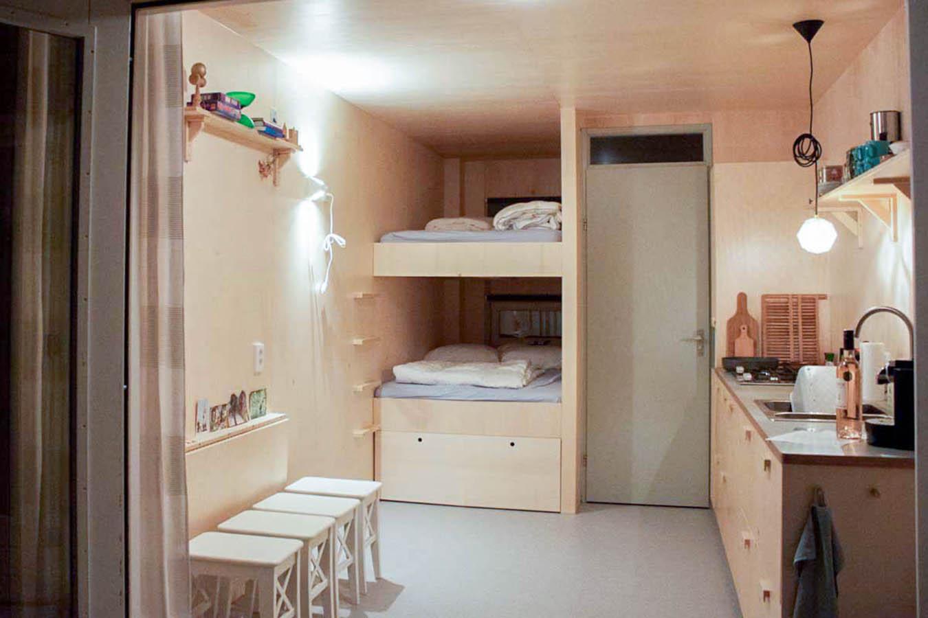 Een keuken, bed en opbergruimte op maat in een strandhuis